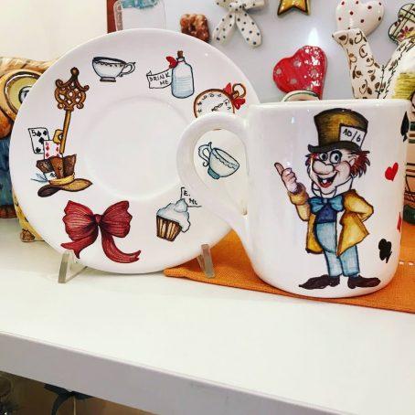 Tazza, piattino e teiera ispirate alla favola di Alice nel Paese delle Meraviglie