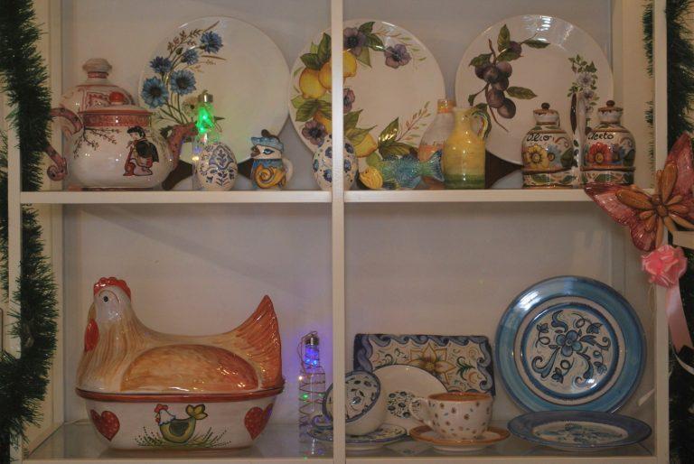 scaffale con oggetti ceramica