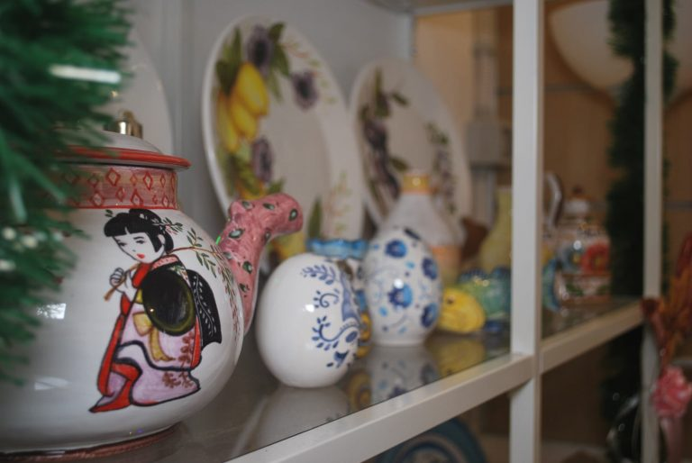 scaffale con prodotti ceramica