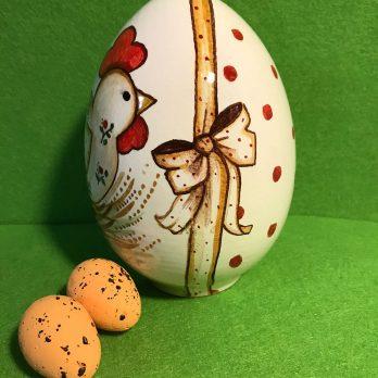 Uova in ceramica tema gallinella